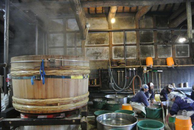 手際よくお米を洗う蔵人の皆さん。創業から変わらず、蔵の裏にある神崎神社の井戸水を使っているそうです。