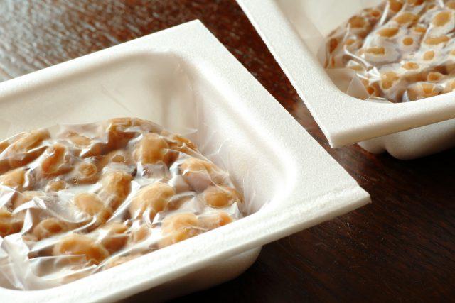 """たれやからしは混ぜないで、""""納豆だけ""""を取り出した空の納豆パック+透明シートを使ってくださいね。"""