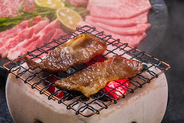 ロース肉の旨みを引き立てる『ピリ辛味噌の漬けダレ』