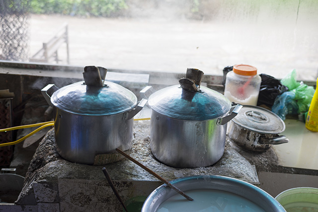 Steaming pot to make Vietnamese Rice noodle roll (banh cuon)