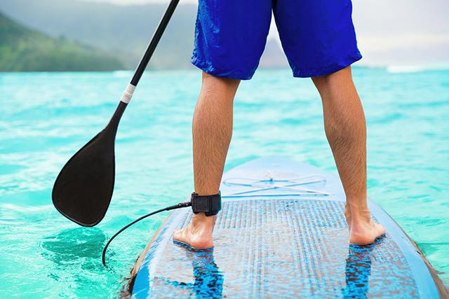 サーフボードの上に立ち、パドルを漕ぎながら楽しむSUP(スタンドアップパドルボード)