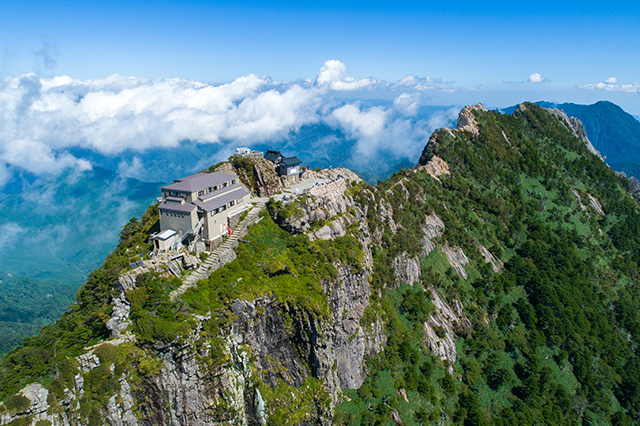 日本七霊山のひとつでもあり、古来より山岳信仰の対象となった石鎚山