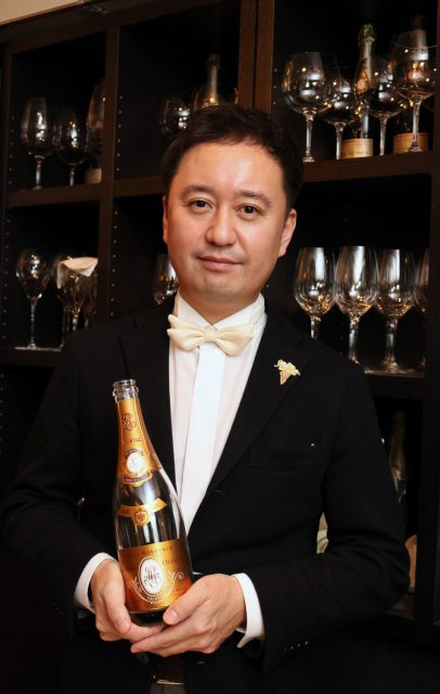 福田友一。チーズとワインの専門店「REIMS(ランス)」オーナー。神戸のホテルや東京都内のレストランにてソムリエの修行の後、チーズ専門店・株式会社フェルミエに入社。ワインショップ勤務を経て、2001年チーズとワインの専門店「REIMS(ランス)」を開業。(社)日本ソムリエ協会認定ソムリエ、シュヴァリエ・デュ・タストフロマージュ(仏チーズ鑑評騎士)、セル・シュール・シェル大使叙任。【ソムリエに聞く】クリスマス・忘年会・お正月にオススメのワイン&チーズ:発酵ライフを楽しむhaccola(ハッコラ)