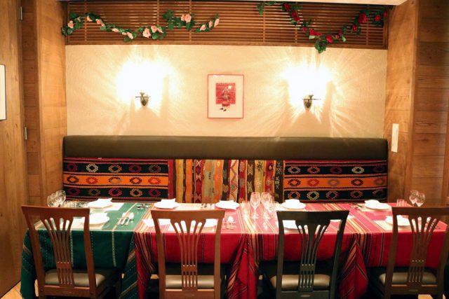 「ソフィア」の店内は、ブルガリアの織物や絵画などが飾られていて異国情緒たっぷり