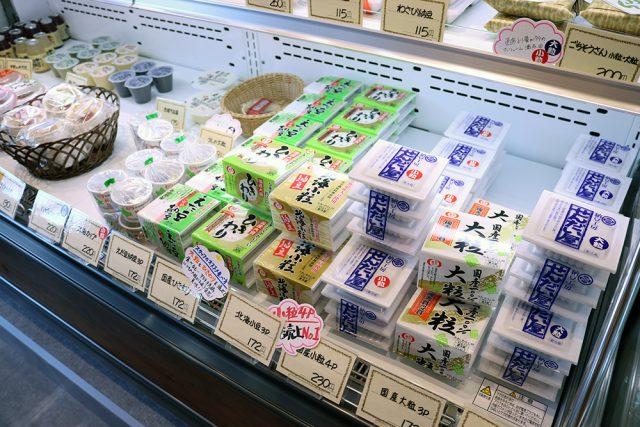 店頭には種類豊富な納豆から、納豆で作ったドーナツ、納豆石けんまで(!)がズラリ