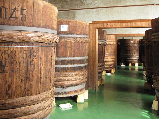 古式白醤油製法を再現するため、本社工場で使用している繊維強化プラスチック製の桶ではなく、昔ながらの木桶を設置して「日東醸造足助仕込蔵」を開設