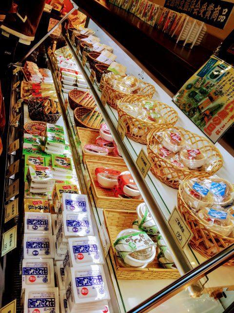 せんだい屋の棚に並べられたさまざまな納豆製品