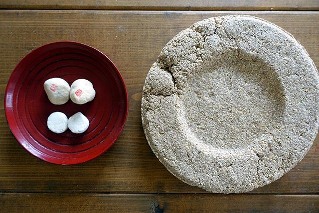 右が韓国の餅麹「ヌルッ」、左上がタイの餅麹「ルクパン」、左下がインドネシアの餅麹「ラギ」