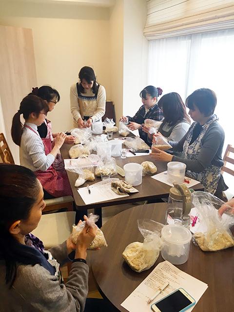 発酵教室「糀キッチン」の味噌作り教室の様子