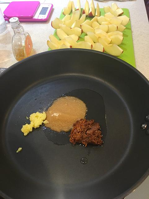 フライパンに入った、米油・味噌・キビ糖・ショウガ