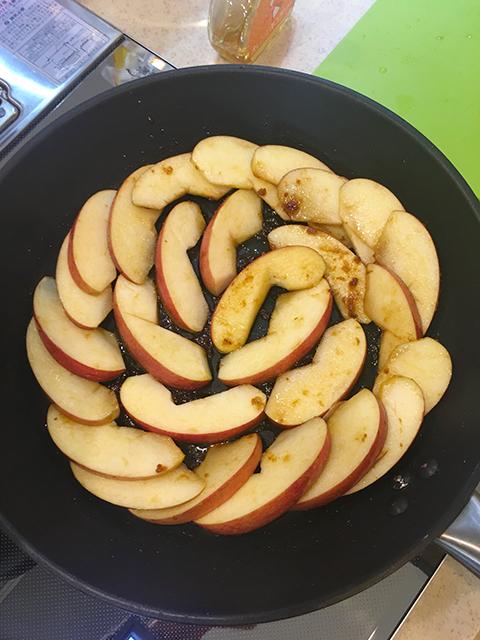 フライパンに、りんごを重ならないように並べる