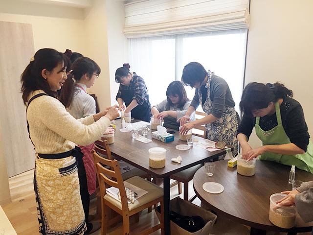 発酵教室「糀キッチン」の味噌教室の様子