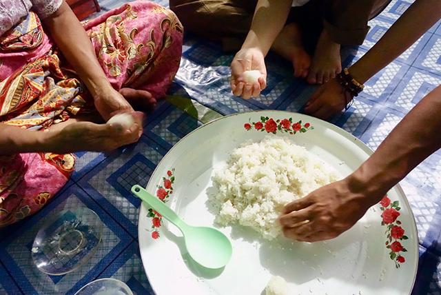 もち米を丸める