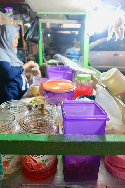 ラマダンの時期は、食堂やレストランは殆ど開いていないが、代わりにフルーツポンチなどのスイーツを売る露天が並ぶ