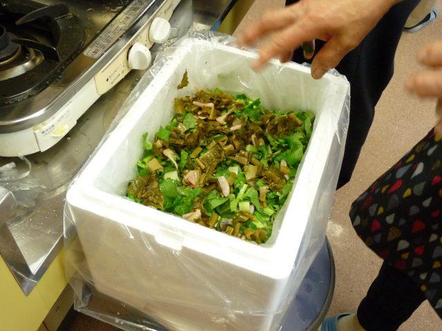 漬け物用の樽や今回は発泡スチロールに厚手のポリ袋を入れて、中に前年のすんきを冷凍したものか、その年に上手く漬かったすんきを種として入れておきます。