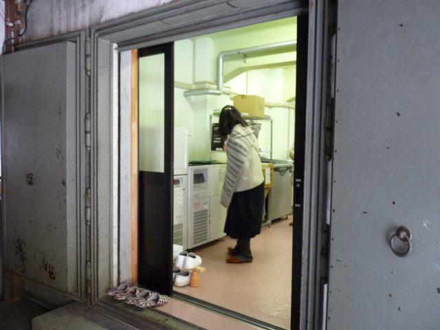 遠心機や菌を大量培養するための機械などが置かれている部屋は営林局の蔵だった場所でした。