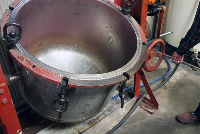 圧力釜で30分ほど蒸しあげる「蒸煮(じょうしゃ)」
