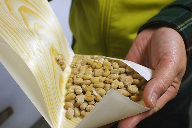 パッケージは、保存性が高い「経木(きょうぎ)」と湿度と通気性のバランスを良くする「ろう引き紙」