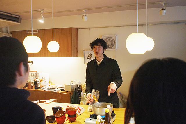 石橋さんがお吸い物を作りながら、各レベルによる味の変化を体感