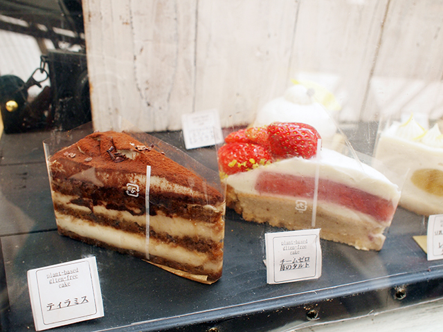ヴィーガンの皆さんにはお馴染み。あの「パティスリー ikushiro.」さんは、8種類ものケーキを販売。