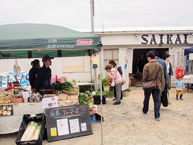 入り口では地元・糸島産のオーガニック野菜もたくさん並んでました。