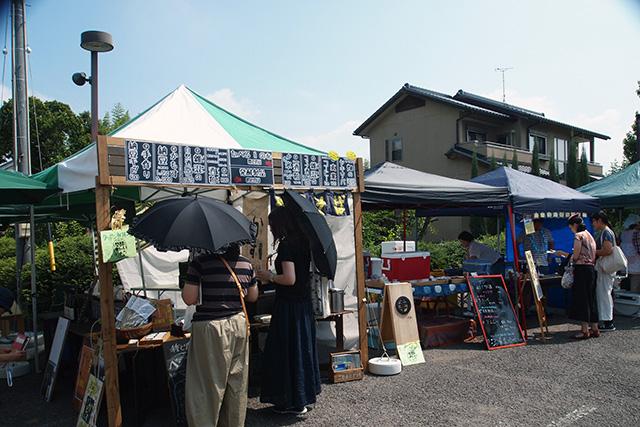 「発酵サミット 2018 in 犬山」の会場駐車場で開催された「発酵マルシェ」の様子