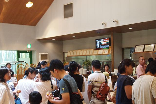 ピースでおだやかな盛り上がりを見せはじめた会場の「犬山ローレライ麦酒館」
