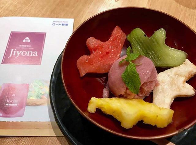 紫芋と白麹の甘酒『jiyona(ジヨナ)』のシャーベット フルーツと寺田本家の酒粕クラッカー添え