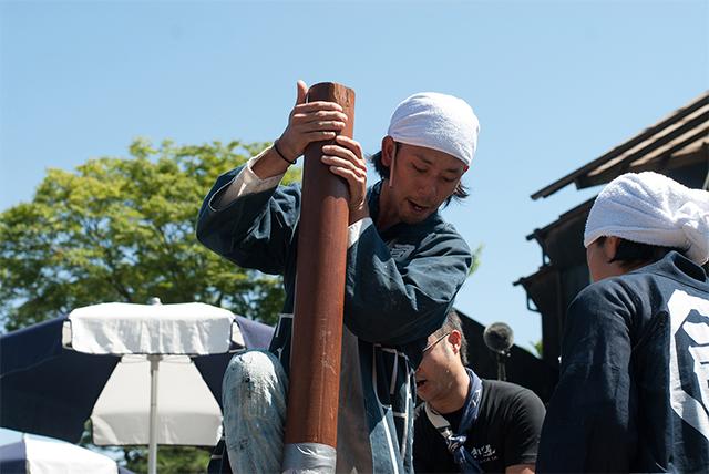 桶を造る原田さん