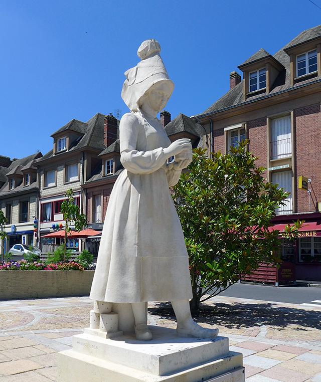 カマンベール村付近のヴィムティエの町に立つマリー・アレル像
