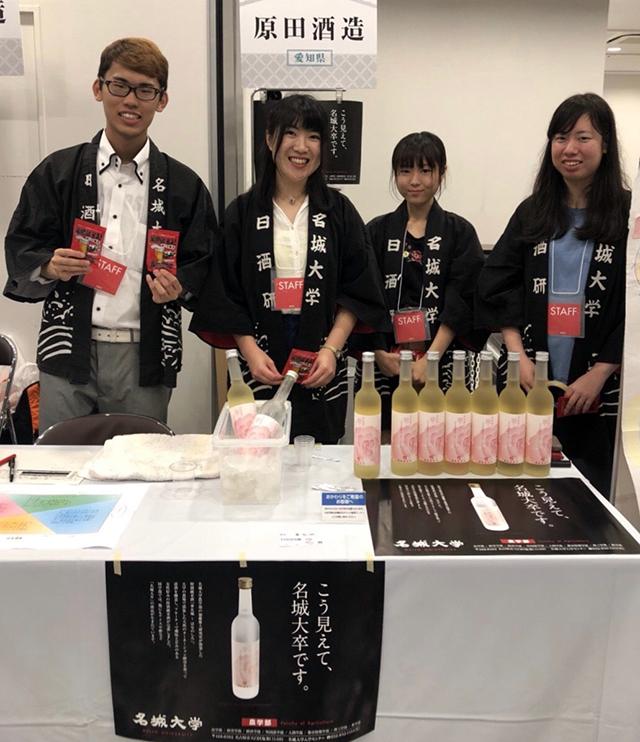イベントで日本酒『華名城(はなのしろ)』を販売する名城大学日本酒研究会のみなさん