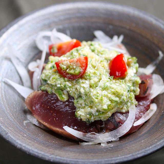 脱マンネリ!鰹(かつお)のタタキの新しい食べ方「初鰹とオクラのタタキ バルサミコ風味」│発酵イタリアンレシピ