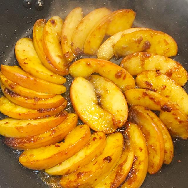 バター不使用なのに信じられないコク!味噌で作る『りんごのキャラメリゼ』レシピ