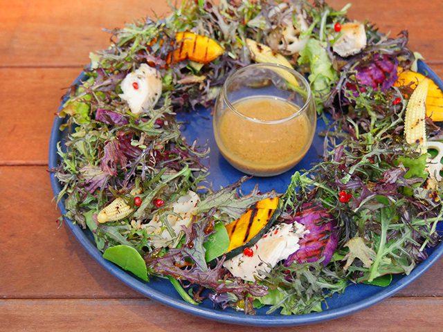 グリル野菜とチキンのリースサラダ