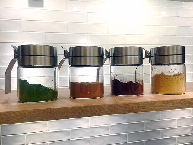 新メニューのホットドリンクに使われる甘酒用の4種のフレーバー