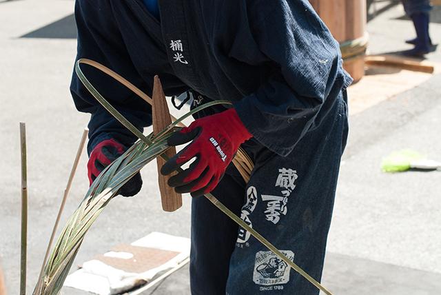 桶を造る宮崎さん ※結い物で繋ぐ会オフィシャルサイトより