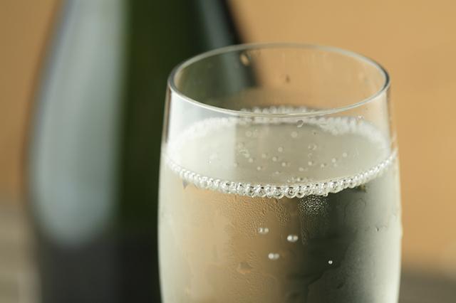 「レモン塩麹のやみつき発酵スペアリブ」に合うのは、発酵居酒屋5でも人気のあのお酒