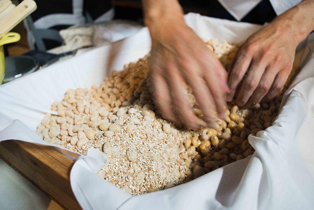 大豆と小麦を混ぜ合わせる