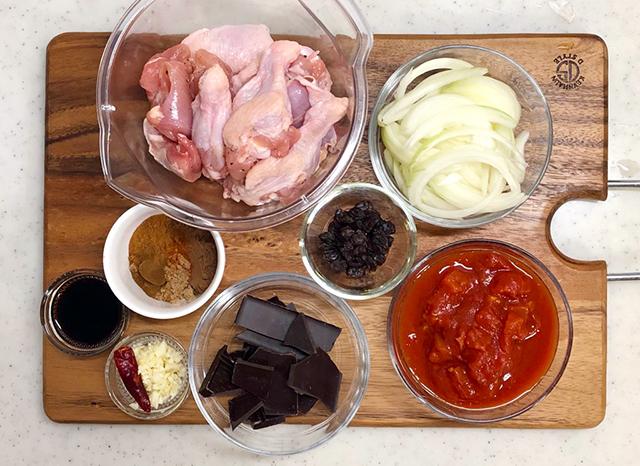 『ポジョ・デ・モーレ(鶏肉のチョコレート煮込み)』レシピ材料
