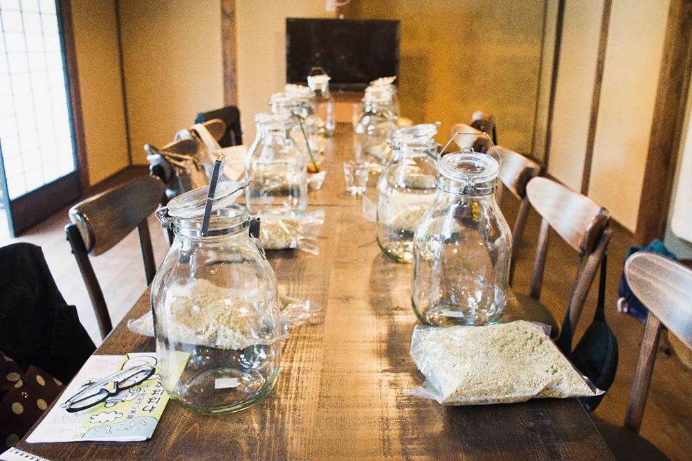 参加者に配られた醤油用の麹、塩、水、ガラス容器など