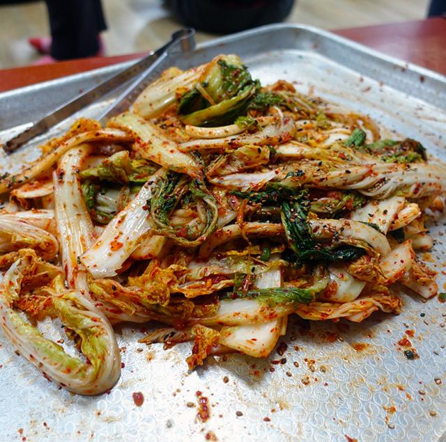 """白菜のコッチョリ。コッチョリの""""コッ"""" は「表面」「外側」、""""チョリ""""は「漬けたもの」。 軽く塩をした野菜をさっと簡単なヤンニョムで和えた即席漬けのようなもの"""