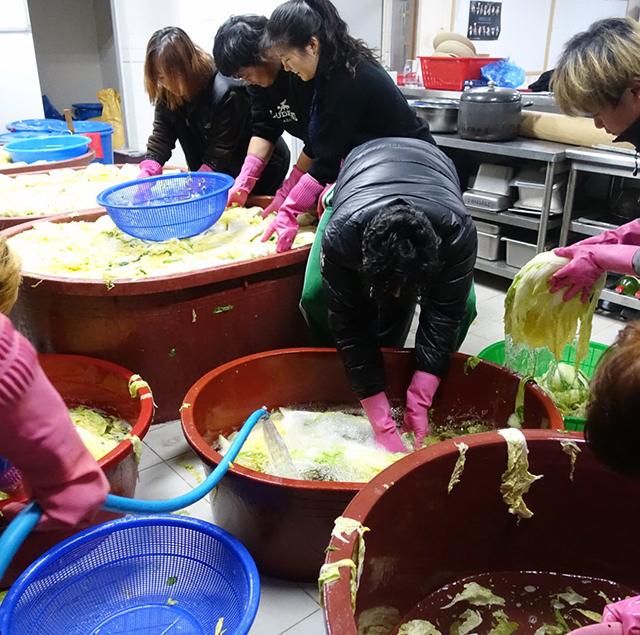 水を張った樽で3回に分けて白菜を洗って、外に運んでいく