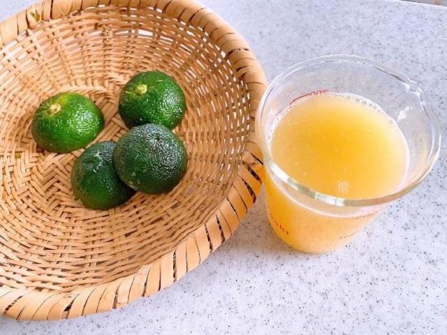 2、果汁を絞る。