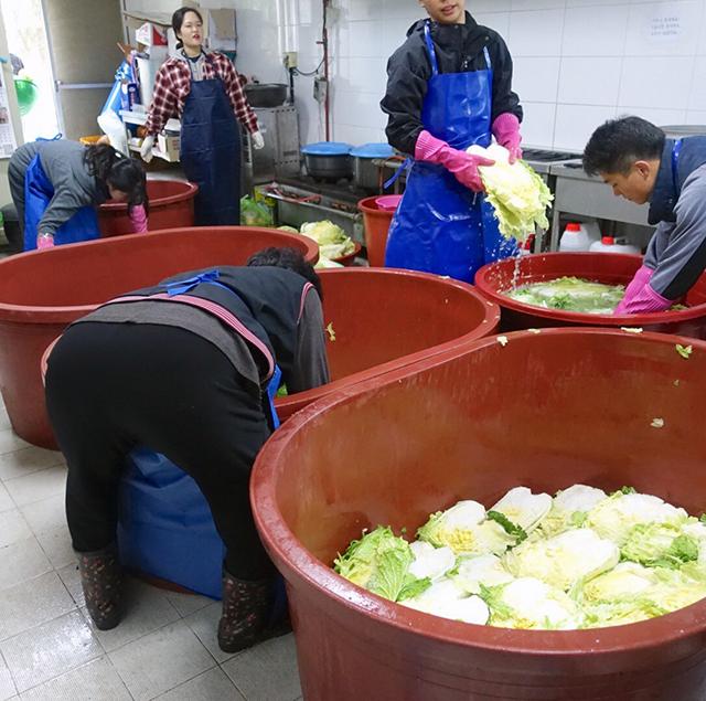 樽は大きく深いため、腰を曲げての重労働