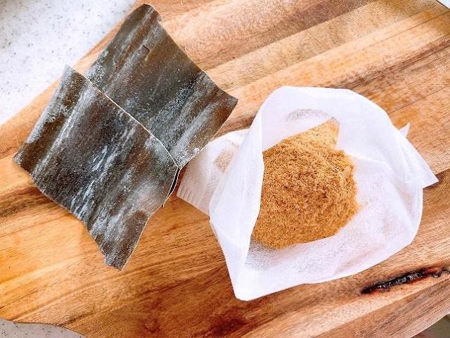 3、お茶パックに鰹節と昆布を入れる。