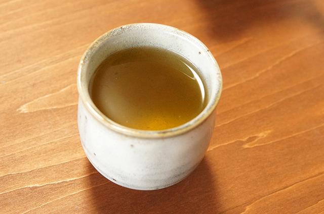 石鎚黒茶ゼリーのロールケーキのお供には、やはり石鎚黒茶を!