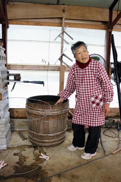 昔ながらの製法を守る阿波晩茶、発酵させる木桶は残りひとつだけ