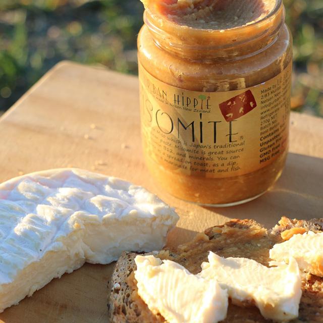 ニュージーランドのネルソンで味噌を作るUrban Hippieのミソマイトとカマンベールチーズ