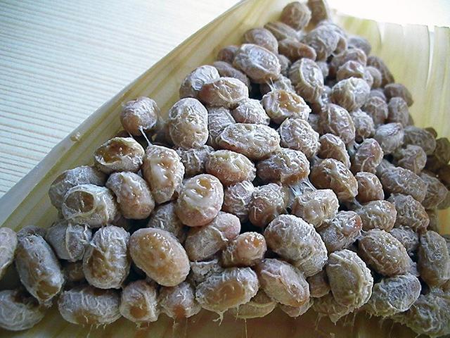 「かぶり」と呼ばれる真っ白な納豆菌の菌叢(きんそう)
