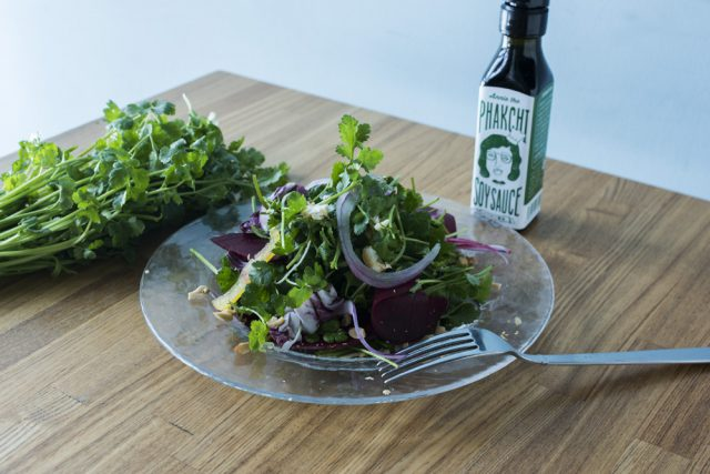 話題の野菜にもトライ! パクチーとビーツのサラダ